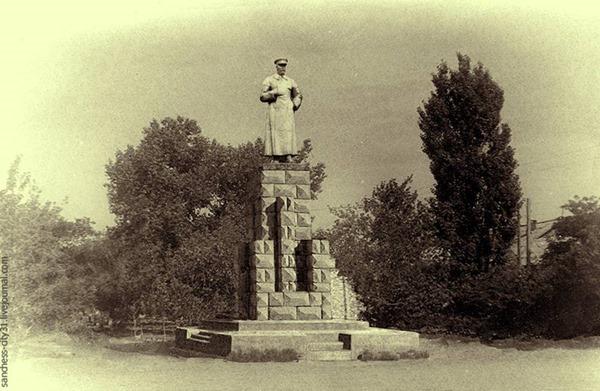 Первый памятник товарищу И.В. Сталину